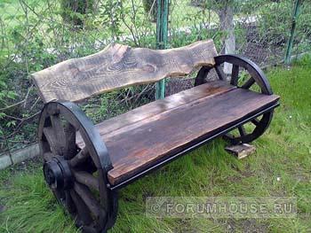 Скамейка из колеса телеги