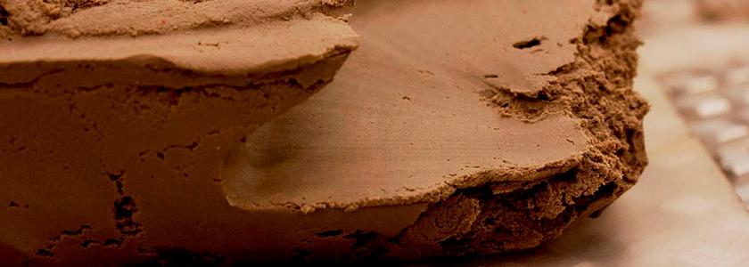 Исследователи сделали глину прочной и пластичной