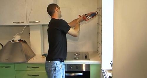 Как приклеить фартук на кухне жидкими гвоздями