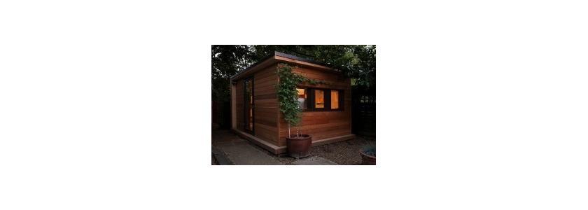 Садовый домик с зеленой крышей