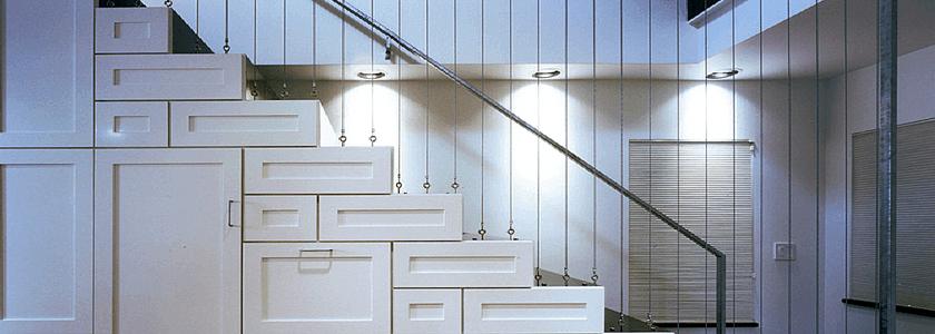 Лестница-шкафчик вместо времянки и деревянная лестница с забежными ступенями как проба пера