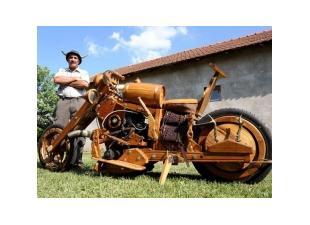 Фермерские работы на деревянном тракторе