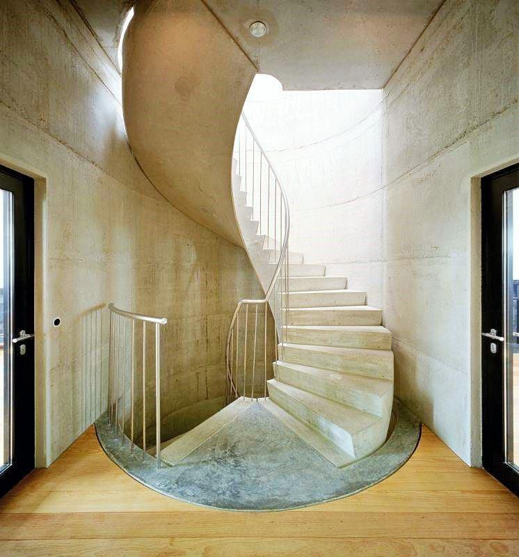 Стены на лестнице в частном доме фото 5