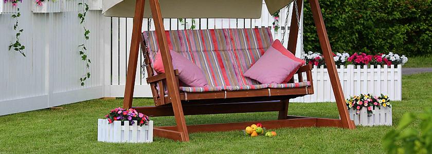 Садовые качели – оригинальные и классические модели для уютного отдыха