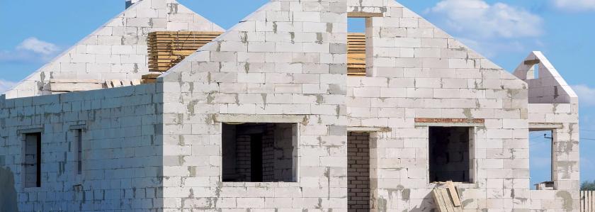 Как защитить газобетонные стены от внешней среды, когда затягивается стройка или фасадная отделка