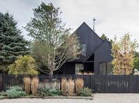 Черно-белый каркасный дом: взгляд изнутри