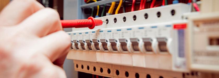 Монтаж электропроводки по сгораемым основаниям: правила и реальность