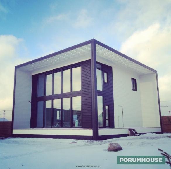 Фото оригинального двухэтажного дома с панорамным остеклением в форме куба, встроенного в куб