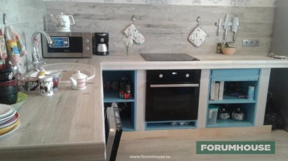 Фото отделка кухни в своем доме керамогранитом и монолитная столешница