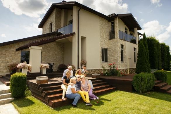 Фото красивый защищенный дом с семьей на первом плане