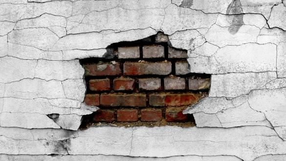 Фото потрескавшаяся штукатурка на кирпичной стене