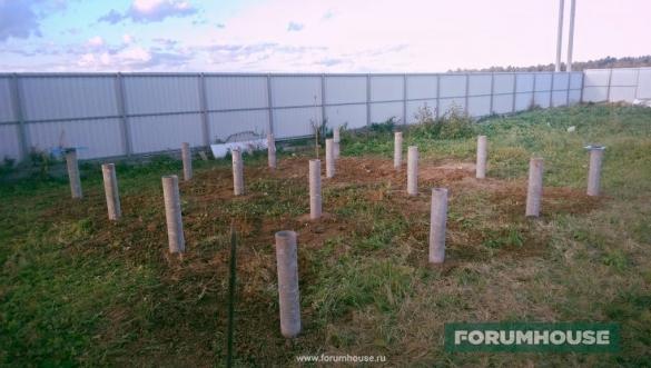 Фото свайное поле - столбы из асбестоцементных труб под заливку раствором