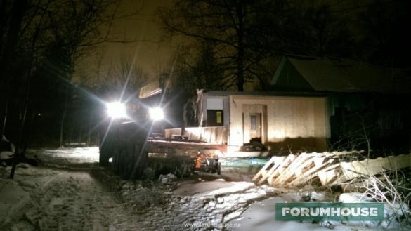 Фото сборка модульного дома ночью