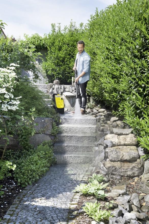 Очищение садовых дорожек с минимойкой Karcher