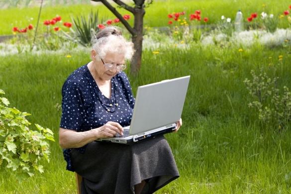 Фото бабушка на даче за ноутбуком