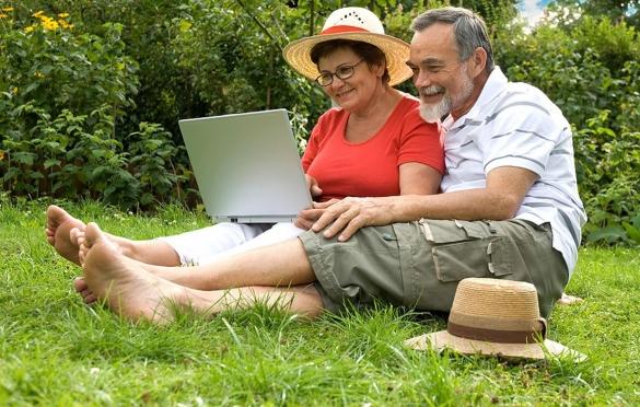 Фото пенсионеры на даче сидят в интернете