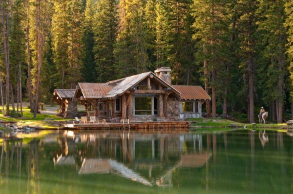 Красивый сруб в лесу на берегу озера