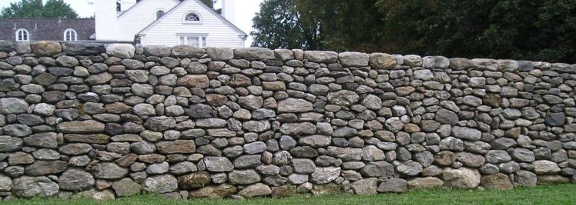 Забор из натурального камня. Технология строительства забора на века