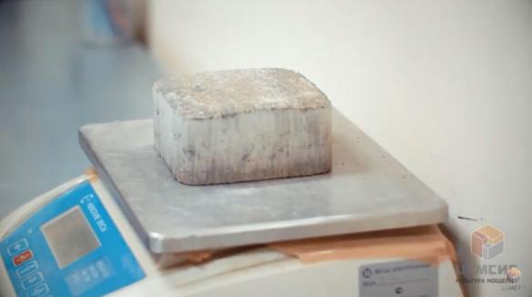 Фото вибропрессованная брусчатка на этапе контроля качества