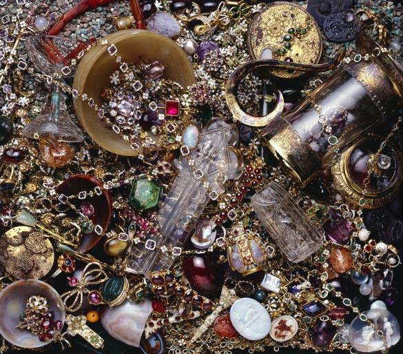 Фото старинный клад: монеты, украшения, стекло
