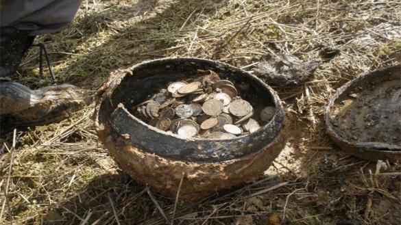 Фото клад монеты в глиняном горшке
