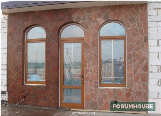 Фото фасад, облицованный пластушкой, мокрый и сухой для сравнения