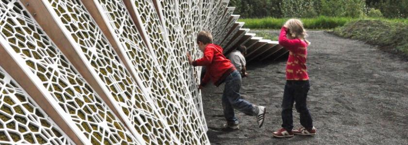 Футуристическая стена для зонирования сада