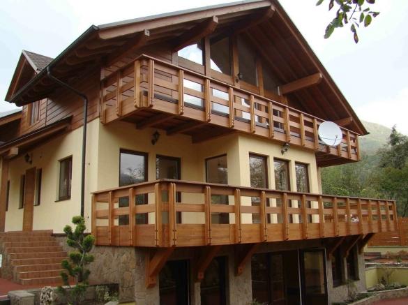 Фото дом с красивым балконом с ограждением в стиле шале