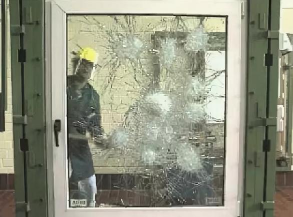 Фото противовзломный стеклопакет после удара