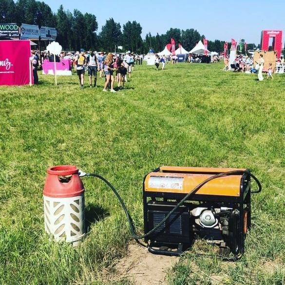 Фото композитный газовый баллон на фестивале под прямыми солнечными лучами питает генератор