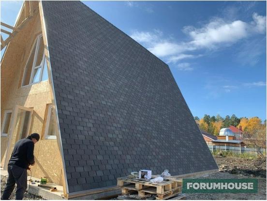 Фото треугольный дом с крышей из мягкой черепицы синей гаммы