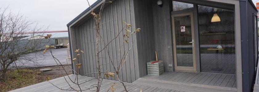 Баня с огромными окнами, липовой парилкой и крышей без свесов