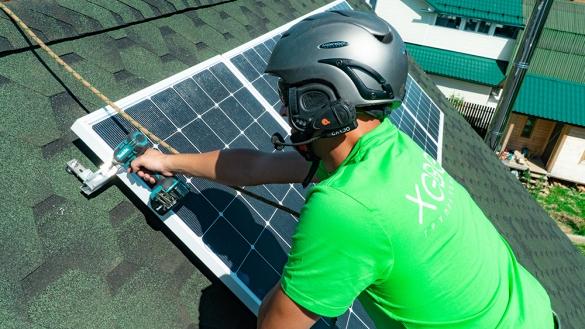 Фото монтаж солнечных панелей на частной крыше