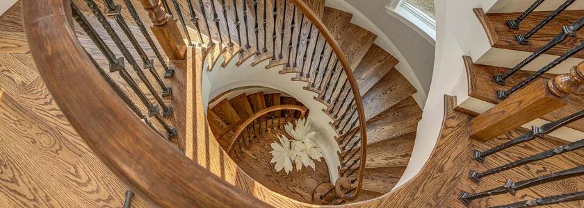 Чем и как покрасить деревянную лестницу