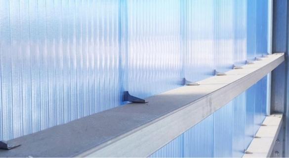 Фото поликарбонатная панель с замком вид на крепление изнутри
